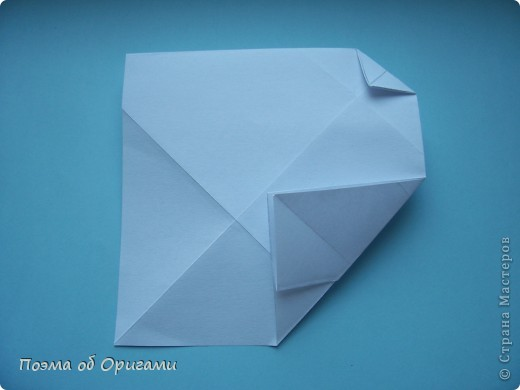 В качестве символа 2011 год делят между собой два животного китайского календаря. Видимо, это не простое совпадение, ведь у них и правда много общего. Оба с кротким нравом и пушистой шубкой.  Этого кролика придумал Стефан О`Хонор, а котика – Джо Накашима.  Подставка в форме четырех сердец – модель Френсиса Оу. Вся композиция сложена из квадратов одинакового размера(2 красных и 2 белых), в данном случае 20х20см. Как сложить из полос бумаги цифры – можете вспомнить в этом МК: https://stranamasterov.ru/node/127038 фото 66