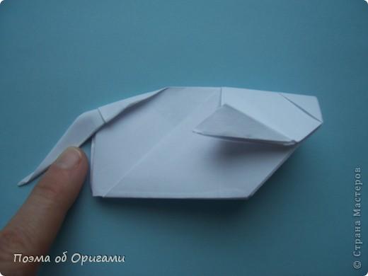 В качестве символа 2011 год делят между собой два животного китайского календаря. Видимо, это не простое совпадение, ведь у них и правда много общего. Оба с кротким нравом и пушистой шубкой.  Этого кролика придумал Стефан О`Хонор, а котика – Джо Накашима.  Подставка в форме четырех сердец – модель Френсиса Оу. Вся композиция сложена из квадратов одинакового размера(2 красных и 2 белых), в данном случае 20х20см. Как сложить из полос бумаги цифры – можете вспомнить в этом МК: https://stranamasterov.ru/node/127038 фото 73