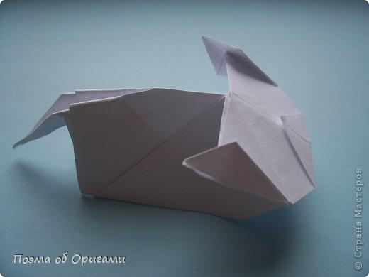 В качестве символа 2011 год делят между собой два животного китайского календаря. Видимо, это не простое совпадение, ведь у них и правда много общего. Оба с кротким нравом и пушистой шубкой.  Этого кролика придумал Стефан О`Хонор, а котика – Джо Накашима.  Подставка в форме четырех сердец – модель Френсиса Оу. Вся композиция сложена из квадратов одинакового размера(2 красных и 2 белых), в данном случае 20х20см. Как сложить из полос бумаги цифры – можете вспомнить в этом МК: https://stranamasterov.ru/node/127038 фото 74