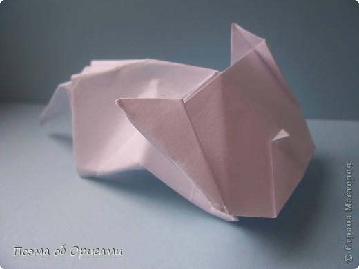 В качестве символа 2011 год делят между собой два животного китайского календаря. Видимо, это не простое совпадение, ведь у них и правда много общего. Оба с кротким нравом и пушистой шубкой.  Этого кролика придумал Стефан О`Хонор, а котика – Джо Накашима.  Подставка в форме четырех сердец – модель Френсиса Оу. Вся композиция сложена из квадратов одинакового размера(2 красных и 2 белых), в данном случае 20х20см. Как сложить из полос бумаги цифры – можете вспомнить в этом МК: https://stranamasterov.ru/node/127038 фото 76