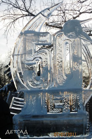 2011 год объявлен годом Космонавтики в России. 50 лет назад первый человек в истории Земли поднялся в космос. Вот такая ледяная скульптура встречает нас у входа. фото 1