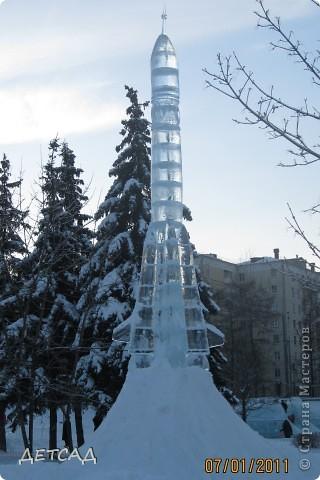 2011 год объявлен годом Космонавтики в России. 50 лет назад первый человек в истории Земли поднялся в космос. Вот такая ледяная скульптура встречает нас у входа. фото 2