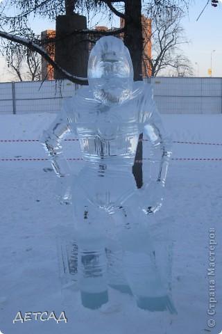 2011 год объявлен годом Космонавтики в России. 50 лет назад первый человек в истории Земли поднялся в космос. Вот такая ледяная скульптура встречает нас у входа. фото 3