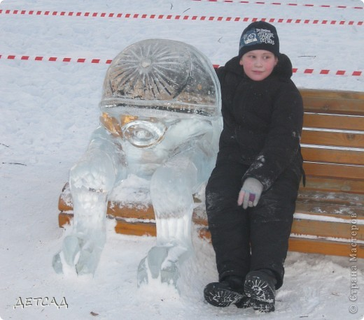 2011 год объявлен годом Космонавтики в России. 50 лет назад первый человек в истории Земли поднялся в космос. Вот такая ледяная скульптура встречает нас у входа. фото 5