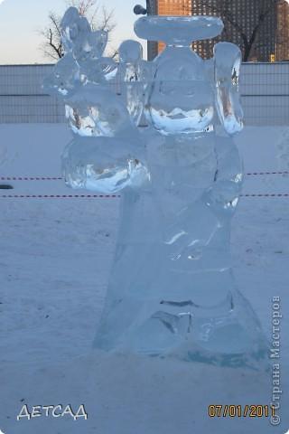 2011 год объявлен годом Космонавтики в России. 50 лет назад первый человек в истории Земли поднялся в космос. Вот такая ледяная скульптура встречает нас у входа. фото 4