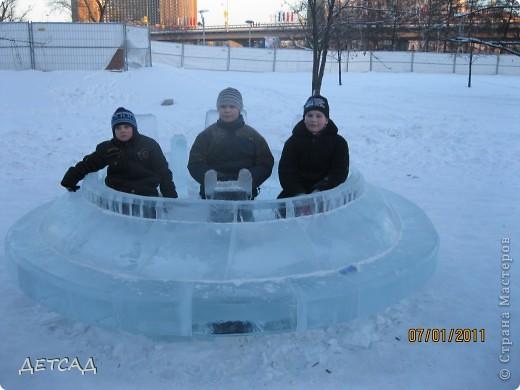 2011 год объявлен годом Космонавтики в России. 50 лет назад первый человек в истории Земли поднялся в космос. Вот такая ледяная скульптура встречает нас у входа. фото 6