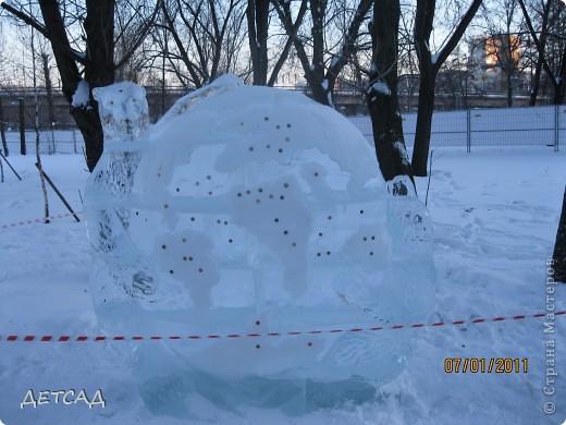 2011 год объявлен годом Космонавтики в России. 50 лет назад первый человек в истории Земли поднялся в космос. Вот такая ледяная скульптура встречает нас у входа. фото 10