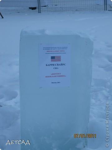 2011 год объявлен годом Космонавтики в России. 50 лет назад первый человек в истории Земли поднялся в космос. Вот такая ледяная скульптура встречает нас у входа. фото 11