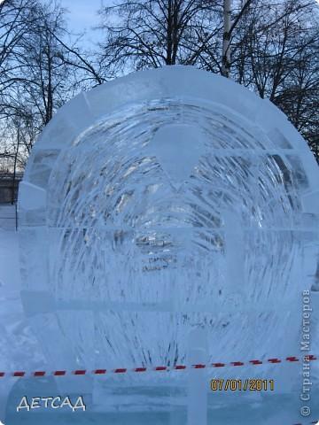2011 год объявлен годом Космонавтики в России. 50 лет назад первый человек в истории Земли поднялся в космос. Вот такая ледяная скульптура встречает нас у входа. фото 12