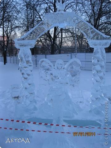 2011 год объявлен годом Космонавтики в России. 50 лет назад первый человек в истории Земли поднялся в космос. Вот такая ледяная скульптура встречает нас у входа. фото 14