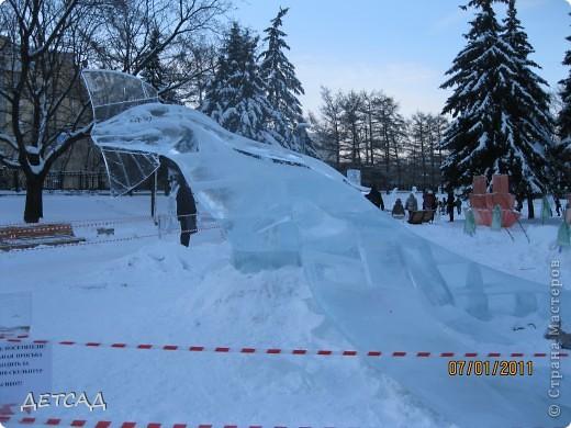 2011 год объявлен годом Космонавтики в России. 50 лет назад первый человек в истории Земли поднялся в космос. Вот такая ледяная скульптура встречает нас у входа. фото 15