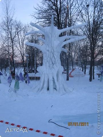 2011 год объявлен годом Космонавтики в России. 50 лет назад первый человек в истории Земли поднялся в космос. Вот такая ледяная скульптура встречает нас у входа. фото 18