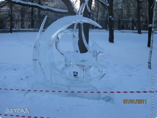 2011 год объявлен годом Космонавтики в России. 50 лет назад первый человек в истории Земли поднялся в космос. Вот такая ледяная скульптура встречает нас у входа. фото 16