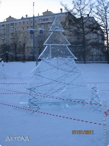 2011 год объявлен годом Космонавтики в России. 50 лет назад первый человек в истории Земли поднялся в космос. Вот такая ледяная скульптура встречает нас у входа. фото 19
