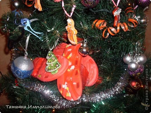 Шишки раскрасила уже давно,собиралась прикрепить их на белые прутики и собрать в рождественский венок,но времени не хватило. фото 15
