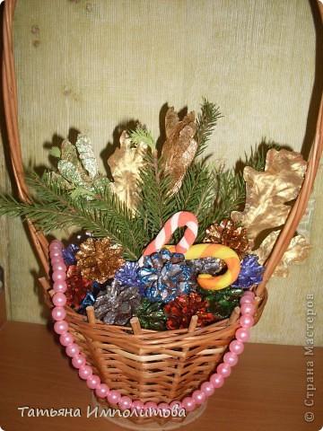Шишки раскрасила уже давно,собиралась прикрепить их на белые прутики и собрать в рождественский венок,но времени не хватило. фото 2