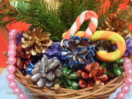 Шишки раскрасила уже давно,собиралась прикрепить их на белые прутики и собрать в рождественский венок,но времени не хватило. фото 4