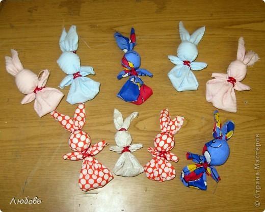 В зимнии каникулы перед Рождеством проводила мастер класс для своих девчонок. Делали народную игрушку -Зайчик на пальчик. Этих зайчиков мы сделали с Катей (1кл).  фото 1