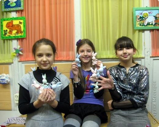 В зимнии каникулы перед Рождеством проводила мастер класс для своих девчонок. Делали народную игрушку -Зайчик на пальчик. Этих зайчиков мы сделали с Катей (1кл).  фото 3