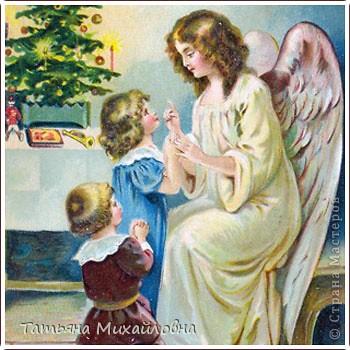 Рождество прекрасный праздник, любимым всеми! Это сейчас мы наряжаем елку к  Новому году, а раньше ее наряжали к Рождеству. Новый год отмечали позднее. Елку наряжали  без детей. На открытке изображен момент, когда открылись двери в гостиную и дети увидели елку во  всем красе. Как наряжали елку, что дарили детям, прекрасно видно на открытке. фото 13