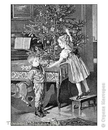 Рождество прекрасный праздник, любимым всеми! Это сейчас мы наряжаем елку к  Новому году, а раньше ее наряжали к Рождеству. Новый год отмечали позднее. Елку наряжали  без детей. На открытке изображен момент, когда открылись двери в гостиную и дети увидели елку во  всем красе. Как наряжали елку, что дарили детям, прекрасно видно на открытке. фото 15