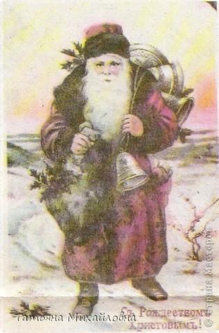 Рождество прекрасный праздник, любимым всеми! Это сейчас мы наряжаем елку к  Новому году, а раньше ее наряжали к Рождеству. Новый год отмечали позднее. Елку наряжали  без детей. На открытке изображен момент, когда открылись двери в гостиную и дети увидели елку во  всем красе. Как наряжали елку, что дарили детям, прекрасно видно на открытке. фото 16