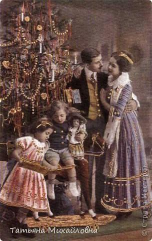 Рождество прекрасный праздник, любимым всеми! Это сейчас мы наряжаем елку к  Новому году, а раньше ее наряжали к Рождеству. Новый год отмечали позднее. Елку наряжали  без детей. На открытке изображен момент, когда открылись двери в гостиную и дети увидели елку во  всем красе. Как наряжали елку, что дарили детям, прекрасно видно на открытке. фото 14