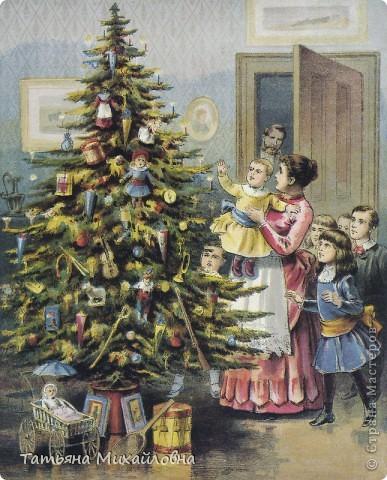 Рождество прекрасный праздник, любимым всеми! Это сейчас мы наряжаем елку к  Новому году, а раньше ее наряжали к Рождеству. Новый год отмечали позднее. Елку наряжали  без детей. На открытке изображен момент, когда открылись двери в гостиную и дети увидели елку во  всем красе. Как наряжали елку, что дарили детям, прекрасно видно на открытке. фото 1