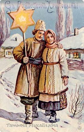 Рождество прекрасный праздник, любимым всеми! Это сейчас мы наряжаем елку к  Новому году, а раньше ее наряжали к Рождеству. Новый год отмечали позднее. Елку наряжали  без детей. На открытке изображен момент, когда открылись двери в гостиную и дети увидели елку во  всем красе. Как наряжали елку, что дарили детям, прекрасно видно на открытке. фото 5