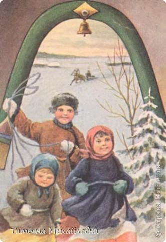 Рождество прекрасный праздник, любимым всеми! Это сейчас мы наряжаем елку к  Новому году, а раньше ее наряжали к Рождеству. Новый год отмечали позднее. Елку наряжали  без детей. На открытке изображен момент, когда открылись двери в гостиную и дети увидели елку во  всем красе. Как наряжали елку, что дарили детям, прекрасно видно на открытке. фото 2