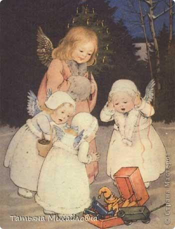 Рождество прекрасный праздник, любимым всеми! Это сейчас мы наряжаем елку к  Новому году, а раньше ее наряжали к Рождеству. Новый год отмечали позднее. Елку наряжали  без детей. На открытке изображен момент, когда открылись двери в гостиную и дети увидели елку во  всем красе. Как наряжали елку, что дарили детям, прекрасно видно на открытке. фото 9