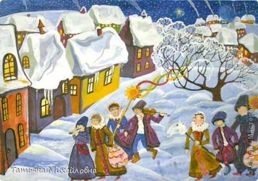 Рождество прекрасный праздник, любимым всеми! Это сейчас мы наряжаем елку к  Новому году, а раньше ее наряжали к Рождеству. Новый год отмечали позднее. Елку наряжали  без детей. На открытке изображен момент, когда открылись двери в гостиную и дети увидели елку во  всем красе. Как наряжали елку, что дарили детям, прекрасно видно на открытке. фото 7