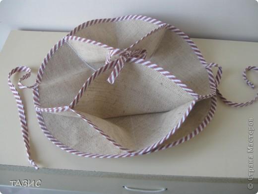 На выставке-продаже декоративно-прикладного творчества прикупила вот такую интересную салфетку, которая легким движением руки превращается в стильную-текстильную вазочку для сладостей. Состоит из трех кругов из плотной ткани диаметром 31 см, обшитых косой бейкой. фото 3