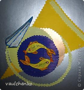 Очень понравилась идея Лены-Лены http://stranamasterov.ru/node/131341  Решила поучаствовать.   Материалы: Фон - Цветной метализированный картон (серебро), аппликации из цветной бумаги и гофрированного картона, рыбки - квиллинг. фото 2