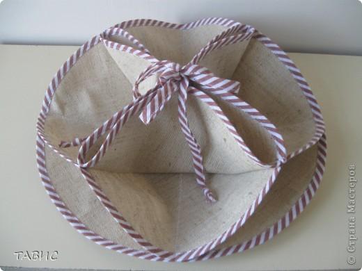 На выставке-продаже декоративно-прикладного творчества прикупила вот такую интересную салфетку, которая легким движением руки превращается в стильную-текстильную вазочку для сладостей. Состоит из трех кругов из плотной ткани диаметром 31 см, обшитых косой бейкой. фото 2
