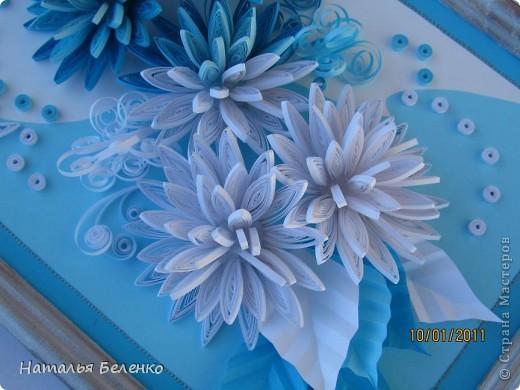 Здравствуйте уважаемые Мастера и Мастерицы!!!Представляю вашему вниманию свои зимние цветы. Захотелось снежного квиллинга, тем более что к нам пришла настоящая зима - сугробы по колено, мороз!!!Сказка!!! Размер работы 30*20см, цветочки собирала в воронку на силикон. фото 3