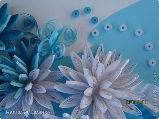 Здравствуйте уважаемые Мастера и Мастерицы!!!Представляю вашему вниманию свои зимние цветы. Захотелось снежного квиллинга, тем более что к нам пришла настоящая зима - сугробы по колено, мороз!!!Сказка!!! Размер работы 30*20см, цветочки собирала в воронку на силикон. фото 7
