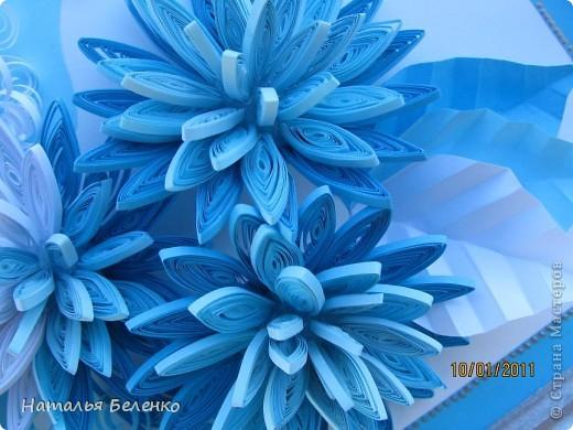 Здравствуйте уважаемые Мастера и Мастерицы!!!Представляю вашему вниманию свои зимние цветы. Захотелось снежного квиллинга, тем более что к нам пришла настоящая зима - сугробы по колено, мороз!!!Сказка!!! Размер работы 30*20см, цветочки собирала в воронку на силикон. фото 8