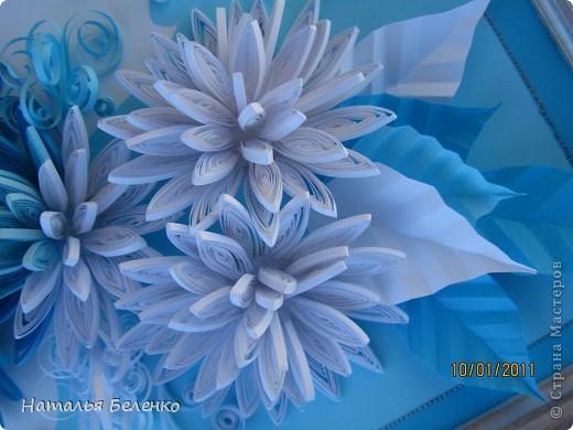 Здравствуйте уважаемые Мастера и Мастерицы!!!Представляю вашему вниманию свои зимние цветы. Захотелось снежного квиллинга, тем более что к нам пришла настоящая зима - сугробы по колено, мороз!!!Сказка!!! Размер работы 30*20см, цветочки собирала в воронку на силикон. фото 5