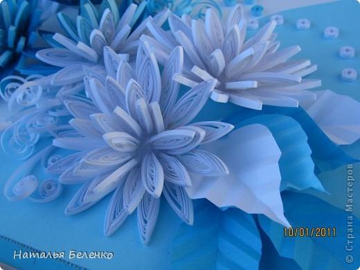 Здравствуйте уважаемые Мастера и Мастерицы!!!Представляю вашему вниманию свои зимние цветы. Захотелось снежного квиллинга, тем более что к нам пришла настоящая зима - сугробы по колено, мороз!!!Сказка!!! Размер работы 30*20см, цветочки собирала в воронку на силикон. фото 10