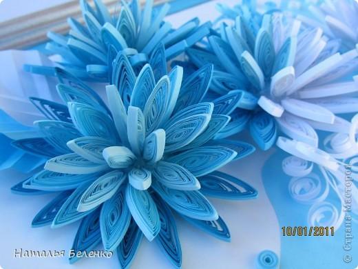 Здравствуйте уважаемые Мастера и Мастерицы!!!Представляю вашему вниманию свои зимние цветы. Захотелось снежного квиллинга, тем более что к нам пришла настоящая зима - сугробы по колено, мороз!!!Сказка!!! Размер работы 30*20см, цветочки собирала в воронку на силикон. фото 9