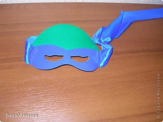 Захотел мой ребятёнок на Новый год костюм черепашки ниндзя. Маску сделала из зеленого картона, повязку из самоклейки, и пришила ленты, чтоб натуральнее было. фото 1