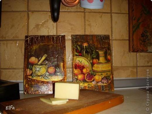 В Стокмане была новогодняя распродажа, купила хорошие деревянные дощечки для сыра. Мотив,акрир, кракеле, пальцем по сухому, где складочки. Ну, и много слоев автолака, чтобы пользоваться! Вот справа, вверху виден кусок старой доски: это 19 лет назад папа выпиливал мне из ясеня дощечку, тогда про декупаж я и не знала, рисовала акварелью с яичным белком, а сверху- какой-то мебельный лак! До сих пор пользуюсь. фото 1
