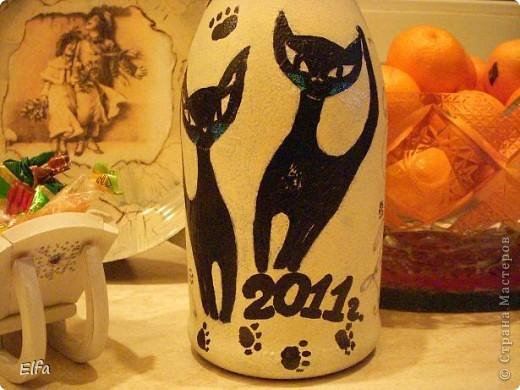 И вот он, Новый год! Доделываю ночью, как всегда, идем в гости! Асти Мартини - ничего лучше не придумала, как изобразить котов! Салфеток не нашла, пришлось малевать. Т.к. мои коты слишком толстые для позирования на столь нежный подарок, рисовала по памяти, виденную в БУТИКЕ БРыЛИантовую брошь с кошечкой ( очень уж запомнилась камешками и Ценой!). фото 3