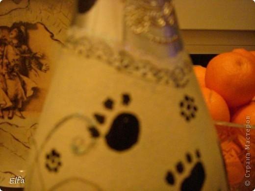 И вот он, Новый год! Доделываю ночью, как всегда, идем в гости! Асти Мартини - ничего лучше не придумала, как изобразить котов! Салфеток не нашла, пришлось малевать. Т.к. мои коты слишком толстые для позирования на столь нежный подарок, рисовала по памяти, виденную в БУТИКЕ БРыЛИантовую брошь с кошечкой ( очень уж запомнилась камешками и Ценой!). фото 5