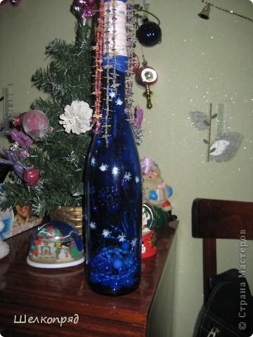Вот такие ночники я делаю из бутылок и фонарика. Идею подсмотрела когда-то давно на этом сайте. Бутылочки расписаны витражными красками. Внутри - разные блестящие штучки, хорошо отражающие свет. фото 7