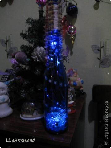 Вот такие ночники я делаю из бутылок и фонарика. Идею подсмотрела когда-то давно на этом сайте. Бутылочки расписаны витражными красками. Внутри - разные блестящие штучки, хорошо отражающие свет. фото 8