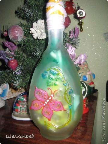 Вот такие ночники я делаю из бутылок и фонарика. Идею подсмотрела когда-то давно на этом сайте. Бутылочки расписаны витражными красками. Внутри - разные блестящие штучки, хорошо отражающие свет. фото 6