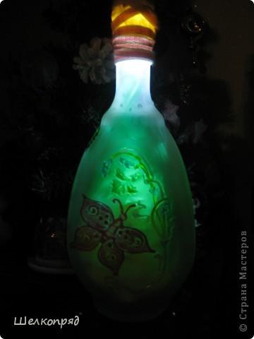 Вот такие ночники я делаю из бутылок и фонарика. Идею подсмотрела когда-то давно на этом сайте. Бутылочки расписаны витражными красками. Внутри - разные блестящие штучки, хорошо отражающие свет. фото 5