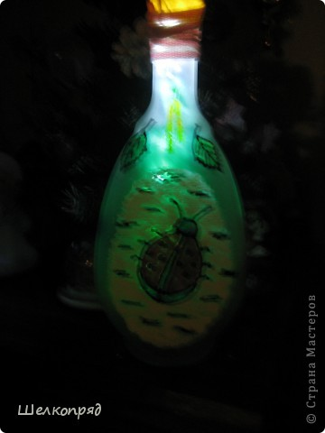 Вот такие ночники я делаю из бутылок и фонарика. Идею подсмотрела когда-то давно на этом сайте. Бутылочки расписаны витражными красками. Внутри - разные блестящие штучки, хорошо отражающие свет. фото 3